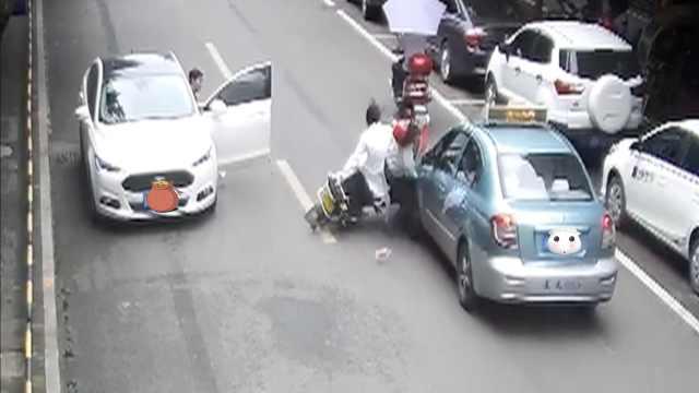 路边轿车突然开门,摩托车撞上车门