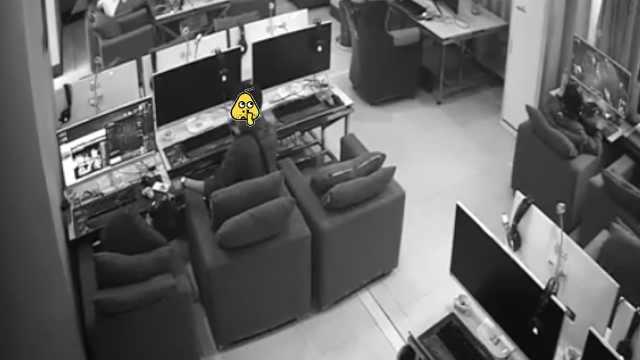 他网吧趁人睡着偷手机,监控全拍下