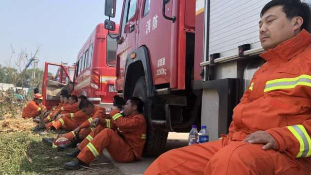 龙卷风后,消防连夜救援靠着车睡着