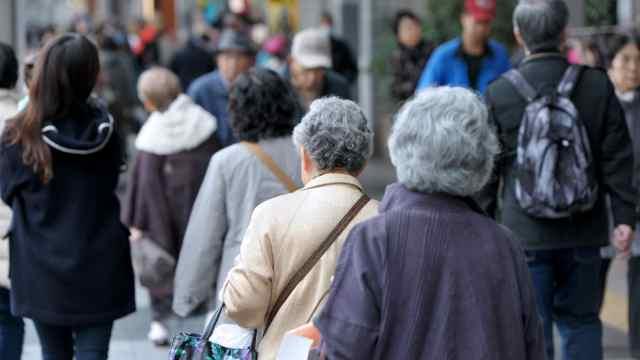 老龄化严重!日本老人步行送外卖