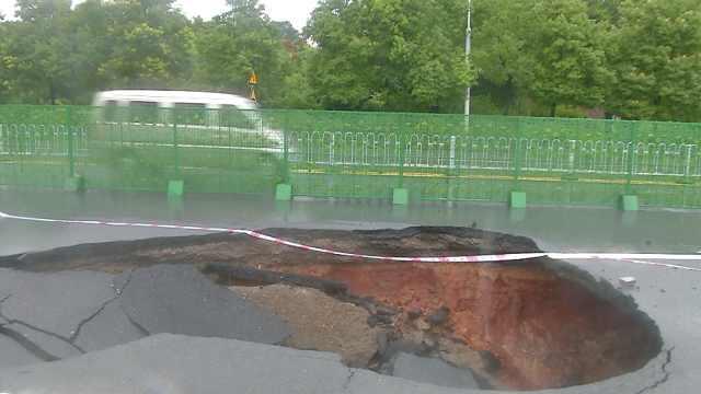 湖南衡阳道路突然塌陷:深4米长5米