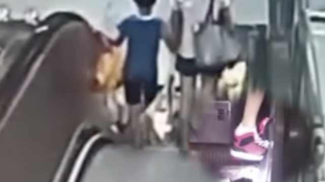 男童乘地铁扶梯脚被卡,家长未察觉