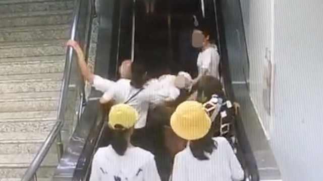 老人扶梯上摔倒,后排婴儿摔落跌地
