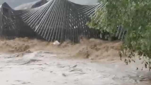 浙江龙泉暴雨冲毁名桥,水淹居民家