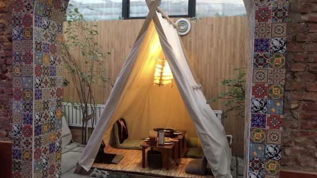 在帐篷里吃火锅,野营餐厅有点意思
