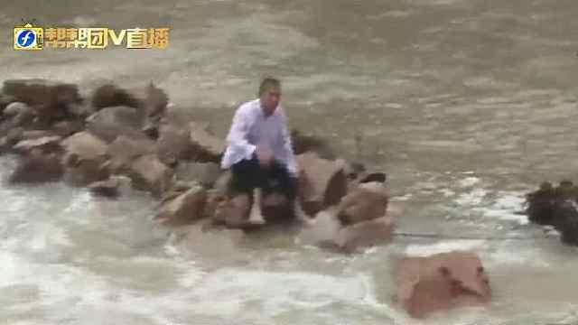 老汉过堤坝被冲入河中消防紧急救援