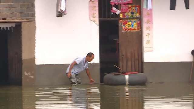 洪水围村成孤岛,村民制小舟送物资