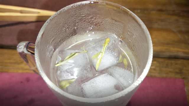 冰泉龙井:茶叶冻成冰块喝,解暑神器