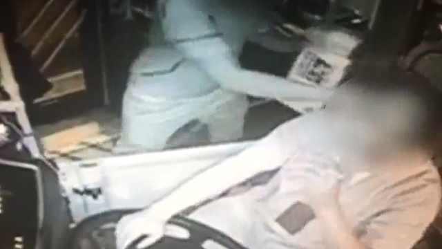 福州一男子殴打公交司机