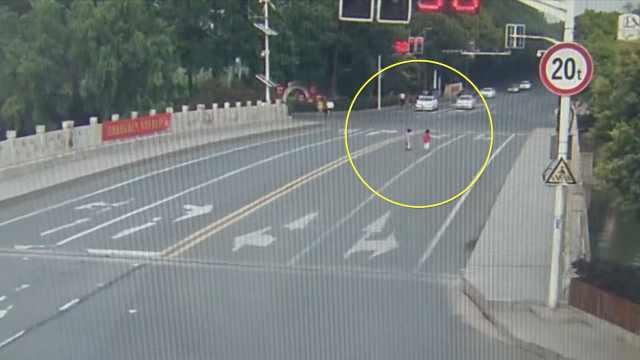 女童邀男童到家玩,童车骑上高速路