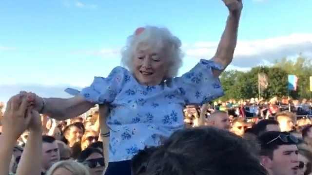 音乐节上一位82岁奶奶,玩得超级嗨