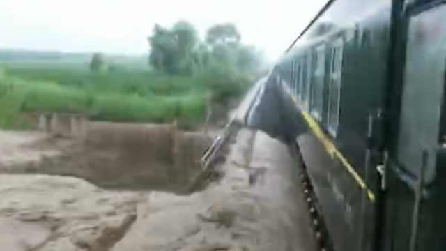 洪水冲毁铁路线,列车紧急停车避险
