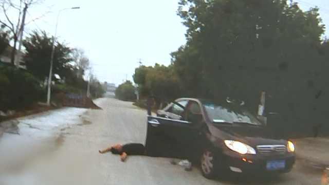 两大汉凌晨躺车边,门卫吓得急报警