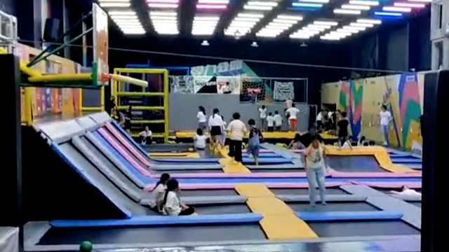 女童玩蹦床时骨折,店方:设备没问题