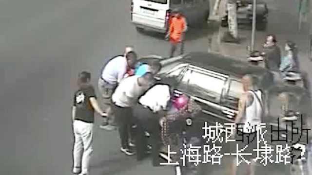 女子左腿卡车轮,众人80秒抬车救人