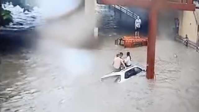 宜宾暴雨车被淹,3人坐车顶绝望求助