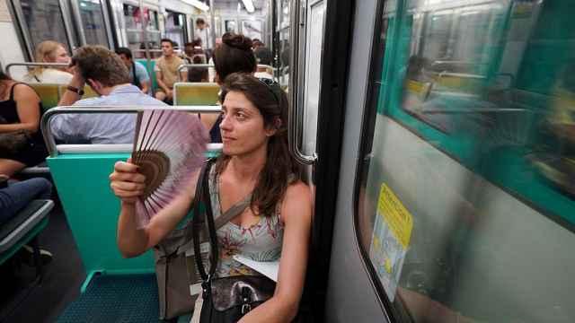 42度高温!巴黎市民吐槽地铁没空调