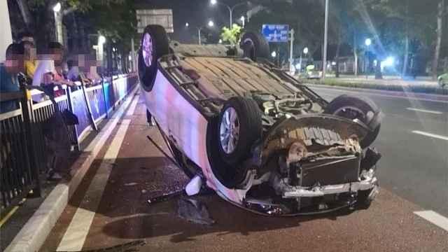 夫妻路上吵架,妻子猛打丈夫致翻车