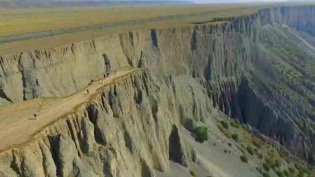 网红打卡地!航拍新疆安集海大峡谷