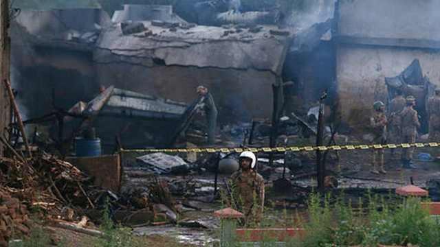 巴基斯坦一軍機墜毀引發大火致17死