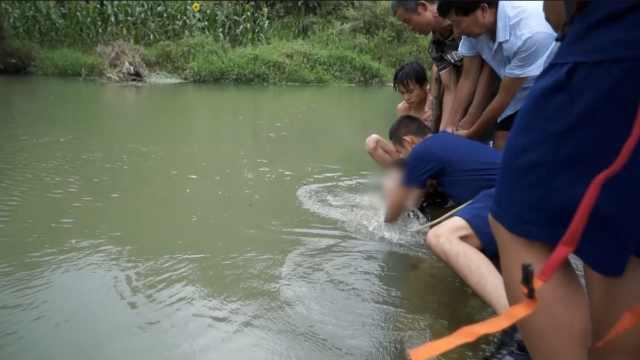 男童被泄洪管吸入只剩头,群众猛拉