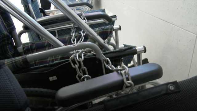 女童受伤急救,发现医院轮椅全上锁