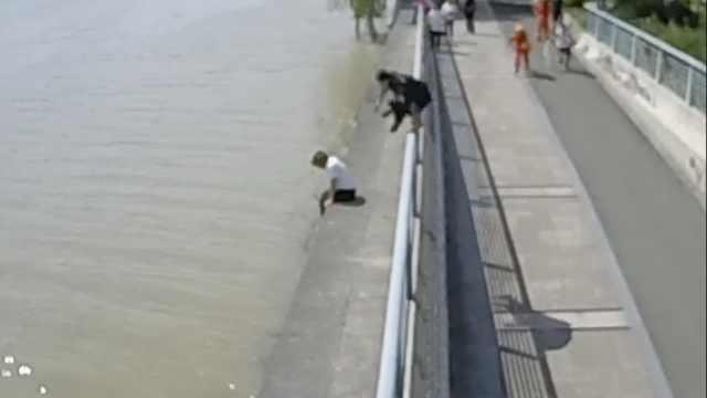 孤女与夫吵架跳江,特警飞身1秒扑救