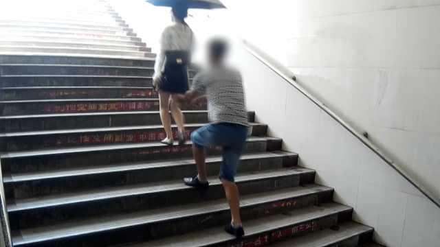 男子撩裙子偷拍,存3000条偷拍视频