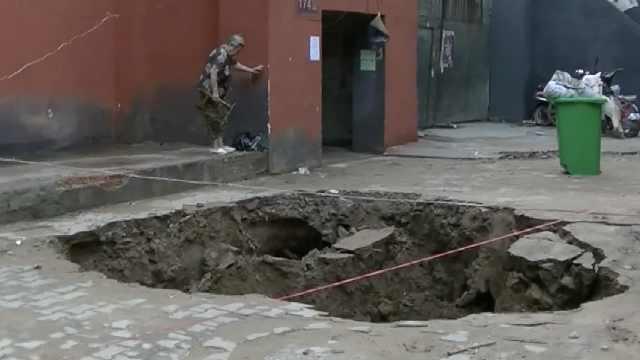 郑州大雨小区现3米深坑,居民:第2次