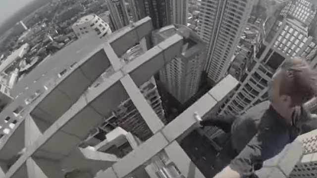 头皮发麻!跑酷大神百米高楼顶炫技