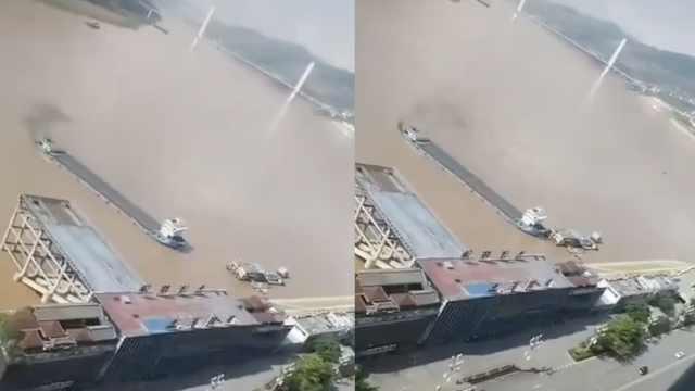 货船脱缰失控漂流江中,撞江边趸船