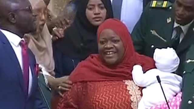 女议员带孩子参加会议,被勒令离席