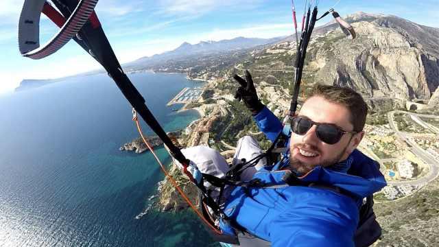 未能开伞!29岁跳伞博主坠地身亡