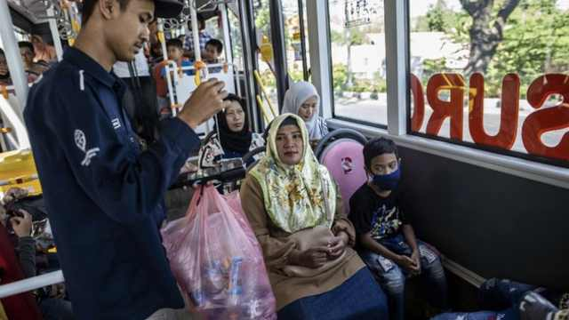 减少海洋污染,印尼用塑料瓶抵车票