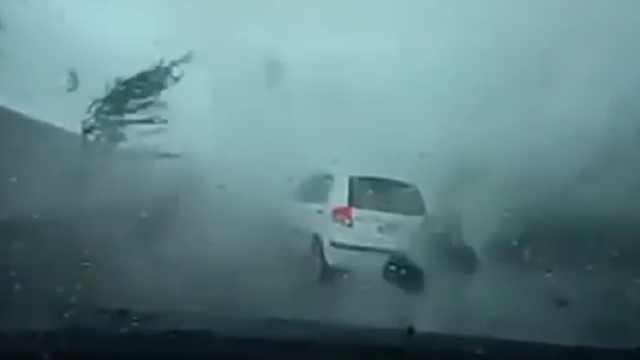 台风来了,别让爱车当''搞笑''案例