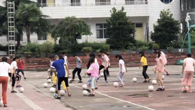 山里娃留校练足球,女孩摔倒仍坚持