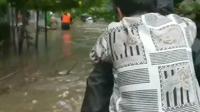 大水倒灌居民楼,消防6小时救50人