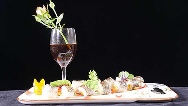 鲈鱼网红吃法:卷上咸鸭蛋蛋黄蒸熟