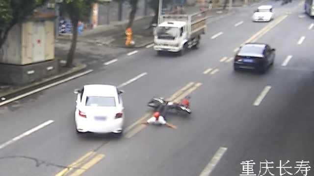 险!女司机新手上路,撞倒摩托又撞树