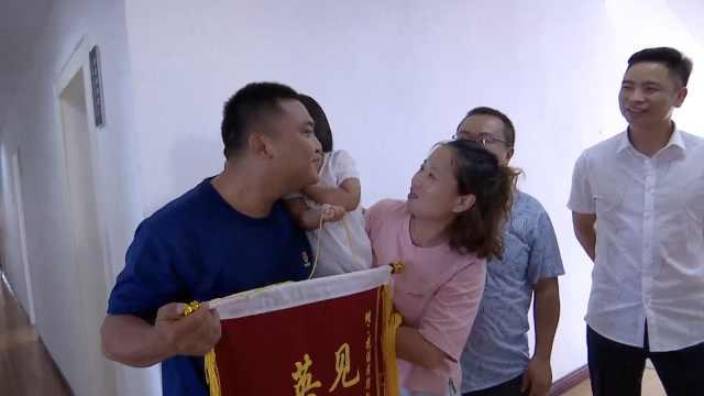 消防休假救起落水女童,获献吻致谢
