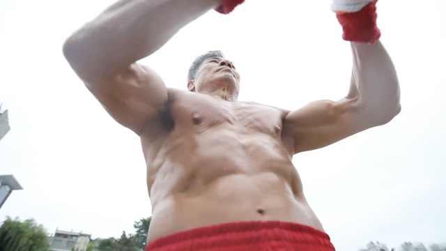 67岁大爷负重44斤健身,练出8块腹肌