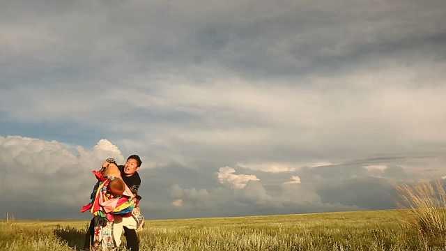 一场力量悬殊的蒙古族摔跤比赛