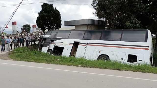 载19名中国游客大巴在泰国清迈侧翻