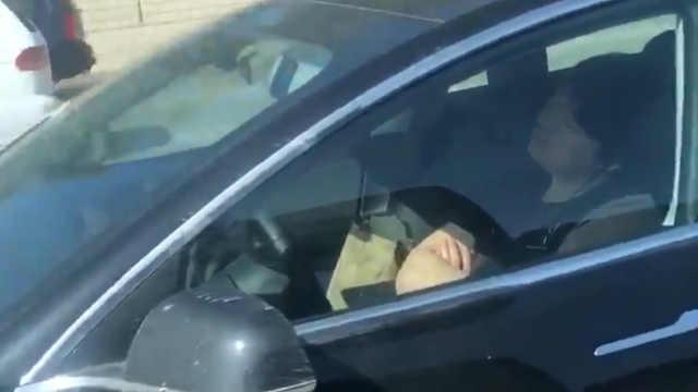 司机开启自动驾驶后睡着了