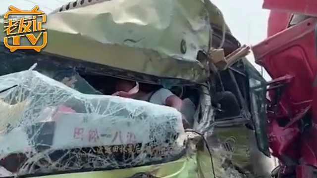 水泥罐车与中巴车相撞,多人受伤