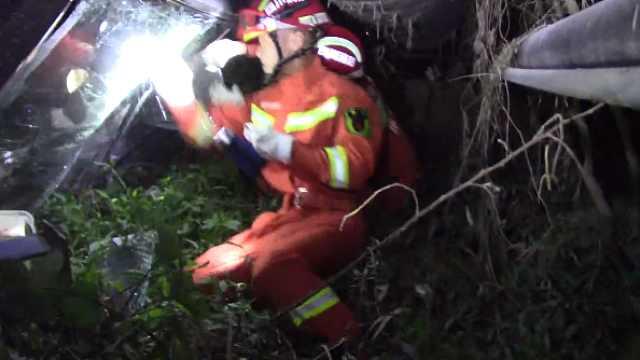他醉驾翻车被困,消防徒手砸窗救人