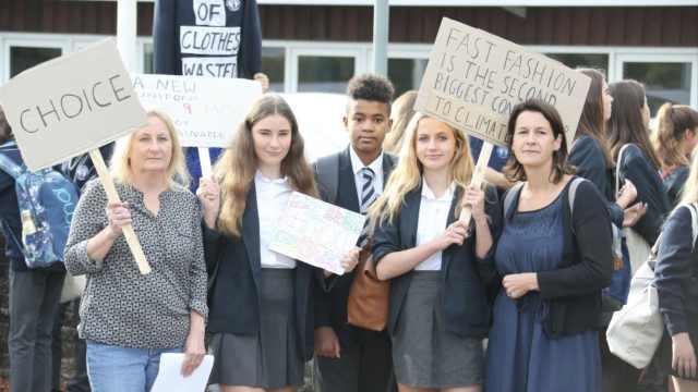 英学校强迫学生穿中性校服,引抗议