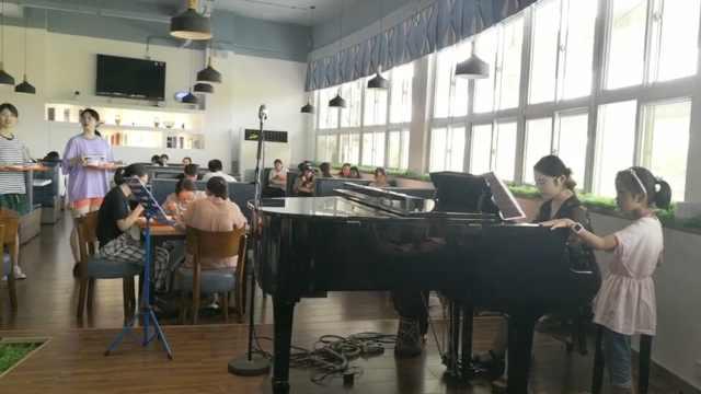 高校食堂变身画廊,吃饭有钢琴伴奏