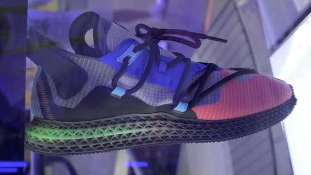 3D打印运动鞋现打现拿:量脚定做
