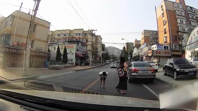 车主礼让过马路行人,母子鞠躬致谢